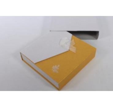 Коробка Квадрат с магнитом бело желтая 18*18*5 см